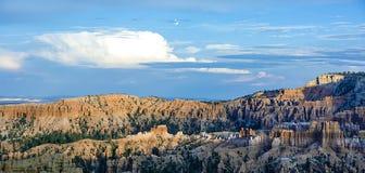 美好的横向在与壮观的石forma的Bryce峡谷 库存照片