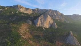 美好的横向山夏天日出 射击 全景场面岩石峭壁和青山 股票录像