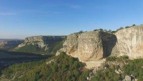 美好的横向山夏天日出 射击 全景场面岩石峭壁和青山 影视素材