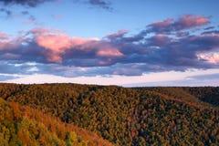 美好的横向本质 深绿色山日落 免版税图库摄影