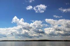 美好的横向河天空夏天 免版税库存图片
