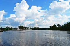美好的横向河天空夏天 免版税库存照片