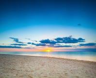 美好的横向 在日落的海滩 免版税库存图片