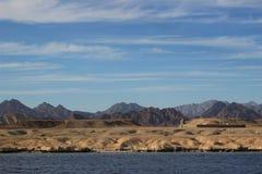 美好的横向 埃及山和红海 在蓝天的轻的云彩 免版税库存照片