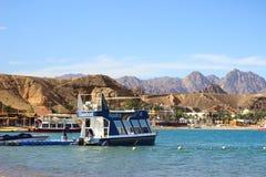 美好的横向 船在海埃及山和红海 在蓝天的轻的云彩 库存图片