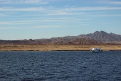 美好的横向 船航行在海 埃及山和红海 在蓝天的轻的云彩 库存图片