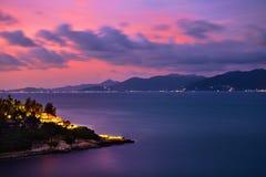 美好的横向 紫色日落海,在海岛上的光 旅行 免版税库存照片