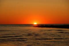 美好的橙色日落和码头 免版税库存图片