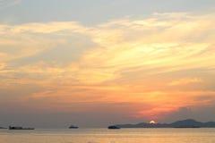美好的橙色日落,船,海洋,芭达亚,泰国,驳船 免版税库存照片