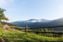 美好的欧洲山风景,自然地方,小村庄在森林里 免版税库存照片