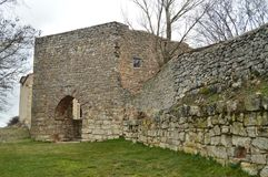 美好的步行通过墙壁我们到达便门梅迪纳塞利村庄  结构,历史记录 库存图片