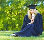 美好的毕业生草坪开会 免版税库存照片