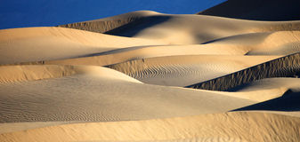 美好的沙丘形成在死亡谷加利福尼亚 免版税图库摄影