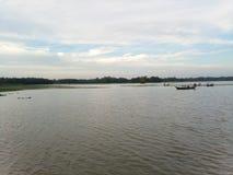 美好的河和小船场面 库存照片