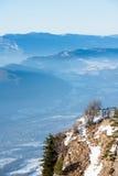 美好的法国阿尔卑斯冬天全景鸟瞰图风景有意想不到的兰色薄雾多云山背景 免版税图库摄影