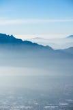 美好的法国阿尔卑斯冬天全景鸟瞰图风景有意想不到的兰色薄雾多云山背景 库存图片
