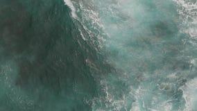美好的泡沫和水表面绿松石颜色,鸟瞰图 o 影视素材