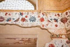 美好的波斯壁画的粉碎的层数与鸟的在庭院和花里 免版税图库摄影