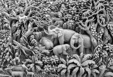 美好的泰国古董艺术手工制造家具 雕刻在木头的大象家庭在作为古色古香的设计使用的木制框架 免版税库存图片