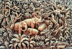 美好的泰国古董艺术手工制造家具 雕刻在木头的大象家庭在作为古色古香的设计使用的木制框架 库存图片