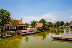 美好的泰国样式江边家,建造用木头 库存图片