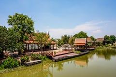 美好的泰国样式江边家 库存照片