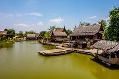 美好的泰国样式江边家 免版税库存图片