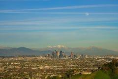 美好的洛杉矶街市都市风景的鸟瞰图与mt的 _ 免版税库存照片
