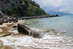 美好的海岸线在科孚岛,有峭壁的希腊 库存图片