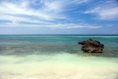 美好的海岸线,海的绿松石视图有石头的 图库摄影