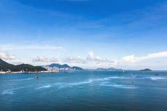 美好的海景和现代大厦与小山在香港 免版税库存图片