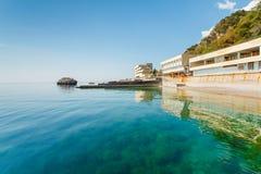 美好的海景在克里米亚的海岸的早晨 免版税库存照片