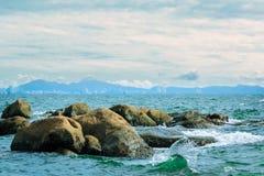 美好的海景:岩石和波浪在海洋 免版税库存照片