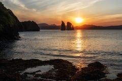 美好的海景:岩石看法在日落的海 免版税库存照片