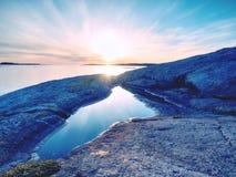 美好的海景 反映在水池的日落在岩石 光滑的海洋 图库摄影