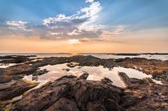 美好的海景 构成本质岩石海运日落 自然compositi 库存图片