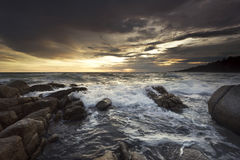 美好的海景 构成本质岩石海运日落 库存图片