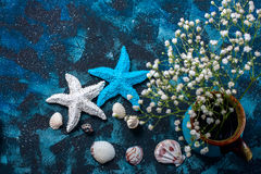 美好的海构成 贝壳,海星,在深蓝背景的拷贝空间 库存照片