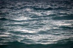 美好的海洋纹理,由日落的被绘的金子 图库摄影