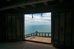 美好的海视图通过开放老门 库存照片