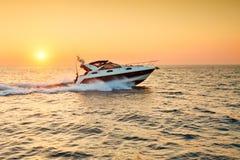 美好的海运日落 背景峡湾光芒海运星期日 小船 库存图片