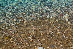 美好的海运视图 由岸的风平浪静 清洗Pebble海滩 亚得里亚 黑山 库存图片