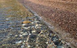 美好的海运视图 由岸的风平浪静 清洗Pebble海滩 亚得里亚 黑山 免版税库存图片