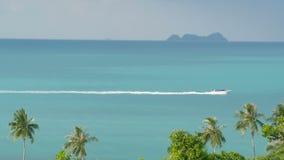 美好的海风景有热带海岸视图从上面 汽艇横穿海洋 影视素材
