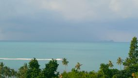 美好的海风景有热带海岸视图从上面 汽艇横穿海洋 股票录像
