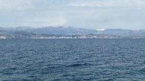 美好的海风景用爱奥尼亚海清楚的绿松石水, Kassiopi村庄,科孚岛海岛,希腊 股票录像