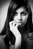 美好的深色的女孩黑白照片 库存照片