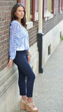 美好的深色的女性模型姿势在城市 免版税库存照片