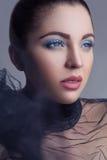 美好的深色的时装模特儿和在银色黑bakground的蓝色构成画象与黑面纱的 库存照片
