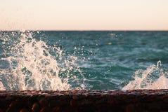 美好的清楚的绿松石海海洋水表面和在海景背景的明亮的飞溅照片特写镜头与波纹的 免版税库存图片